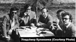 Генадзь Кулажанка (уцэнтры справа) зсавецкімі іаўганскімі інструктарамі