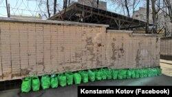 Ukraina deñizcilerine yollanılacaq çantalar Moskovadaki Lefortovo SİZOsı yanında