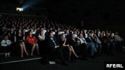 Глядачі з захопленням переглядають кінострічки