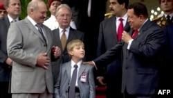 Александр Лукашенко и его младший сын Николай во время недавнего визита в Венесуэлу