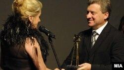 """Француската актерка Катрин Денев ја прима наградата """"Златна камера 300"""" од претседателот на Македонија Ѓорге Иванов,"""