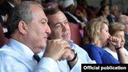 Президент Армении Армен Саркисян (слева) и премьер-министр России Дмитрий Медведев, Москва, 15 июля 2018 г.