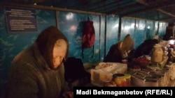 Астана көшесіндегі базарда сауда істеп тұрған зейнеткерлер. Көрнекі сурет.