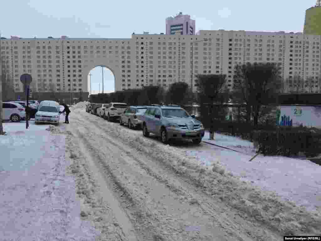 Большинство дорог в кварталах левобережья из-за снега стали очень узкими. Нур-Султан, 28 января 2020 года.