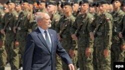 Министр обороны Польши Антони Мачеревич на церемонии принятия присяги Национальных резервных сил в Бранево на северо-востоке Польши. 3 июня 2016 года.
