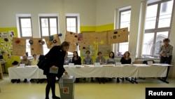 Չեխիա - Խորհրդարանական ընտրությունների քվեարկությունը Բռնո քաղաքի ընտրատեղամասերից մեկում, 25-ը հոկտեմբերի, 2013թ.