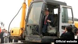 Тәжікстан президенті Эмомали Рахмон трактор жүргізіп келеді. Душанбе, 6 қазан 2011 жыл. (Көрнекі сурет)