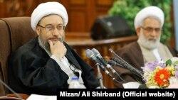 آملی لاریجانی میگوید: «نیروی انتظامی به هیچ عنوان نباید یک قدم هم عقبنشینی کند».
