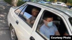 Сот үкімі шыққан соң полиция белсенді Санавар Закированы үйінен тергеу абақтысына алып кетті. Алматы, 15 шілде 2020 жыл.