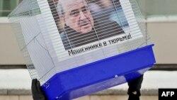 """Путинді қолдайтын """"Местные"""" жастар тобы Мәскеудегі Ұлыбритания елшілігінің алдында Борис Березовксийге қарсы """"Алаяқ түрмеде отыруы тиіс!"""" деген акция өткізді. 11 қаңтар 2011 жыл."""