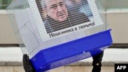 """Кремльді жақтайтын """"Местные"""" тобы Мәскеудегі Ұлыбритания елшілігі алдында Лондонда тұратын қуғындағы бизнесмен Березовскийді """"түрмеге жабу керек"""" деген талаппен акция өткізді. 11 қаңтар 2011 жыл."""