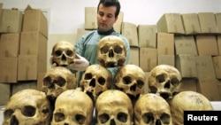Боснийский патологоанатом изучает черепа жертв массовых убийств в годы войны в больнице Тузлы, 28 марта 1997 г.