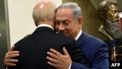 جو بایدن (چپ) در آغوش بنیامین نتانیاهو