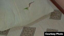 Рваная постель, на которой спит одна из пациенток дома-интерната.