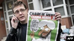 """Charlie Hebdo""ның нәшире журналын тотып янган бина янында басып тора"