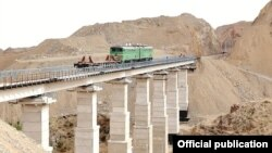 Железная дорога Ангрен— Пап, соединяющая Ташкентскую область с Ферганской долиной Узбекистана.