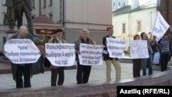 Олег Шеинга теләктәшлек пикетында катнашучылар, Казан, 20 апрель 2012