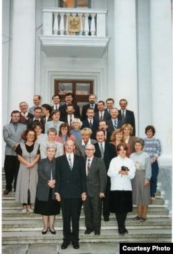 Калектыў польскай дыпляматычнай місіі ў Менску на ганку будынку амбасады