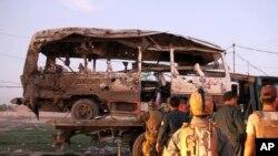 موتری که در یک انفجار در جلال آباد تخریب شده است. Oct. 7, 2019 AP Photo/Wali Sabawoon