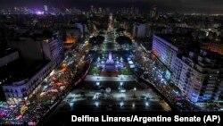 Акции за (слева) и против (справа) закона, разрешающего аборты до 14-й недели беременности. Фото из здания конгресса Аргентины.