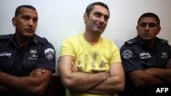 Aleksandar Cvetkovic, serb i Bosnjës i akuzuar për përfshirje në masakren e Srebrenices në vitin 1995 gjatë paraqitjes në Gjykatën e Qarkut të Jerusalemit, 01 Gusht 2011