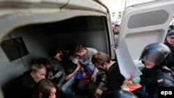 Полиция задерживает гей-активистов во время Первомая. Санкт-Петербург, 2017.