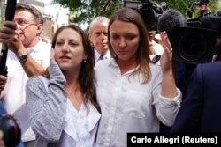 Мишель Ликата и Кортни Уайлд, две жертвы миллиардера, покидают суд после вынесения обвинения Джеффри Эпштейну