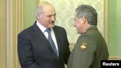 Президент Беларуси Александр Лукашенко приветствует министра обороны России Сергея Шойгу (справа). Минск, 23 апреля 2013 года.