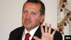 رجب طيب اردوغان نخست وزير ترکيه در سخنرانی گشايش کنفرانس، ترور، جنگ و خشونت در کشورهای اسلامی را باعث گسترش فقر و گرسنگی دانست