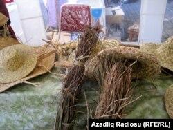 Rüfət Rzayev toxuyacağı əşyaların materialını – «lığ» dediyi uzun yumşaq çubuqları bataqlıqlardan yığıb qurudur