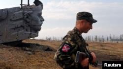 Пророссийский сеператист у памятника жертвам войны. Донецкая область на востоке Украины, 28 августа 2014 года.