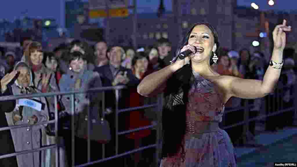 Камал театры каршында яңа сезон ачу тантанасы. Алинә Шәрипҗанова җырлый.