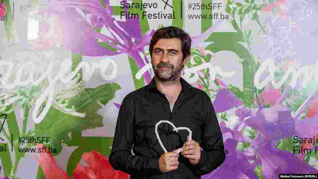 """Nagradu""""Srce Sarajeva"""" za najboljeg režisera osvojio je turski režiser Emin Alper za film """"Priča o tri sestre"""" (Turska, Njemačka, Holandija, Grčka)."""