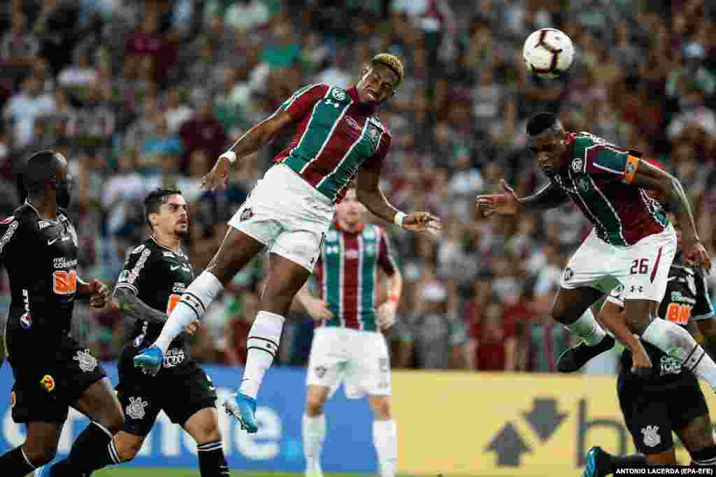 Fluminense's Pablo Dyego (center) vies for the ball with Corinthians' Vagner Love (right) during the Copa Sudamericana soccer match between Brazilian teams Fluminense and Corinthians at Maracana stadium in Rio de Janeiro. (epa-EFE/Antonio Lacerda)