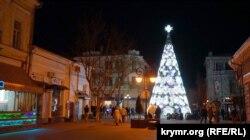Центральна сімферопольська вулиця передноворічного вечора ечір
