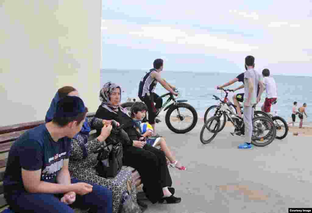 В Махачкале нет ни одного велопроката и велосипедистов здесь меньше, чем в других российских миллионниках. Но те, кто любит вечерние велопрогулки – приезжают на набережную городского пляжа