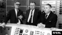 Голова технічного відділу Радіо Свобода Річард Джуел Танкслі (л) показує гостям головну технічну залу в Мюнхені, 1964 рік