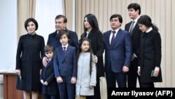 Семья президента Узбекистана Шавката Мирзияева. На фото Шахноза Умарова крайняя справа