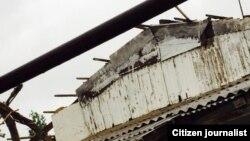Сильный ветер повредил крышу дома в Джизакской области Узбекистана.