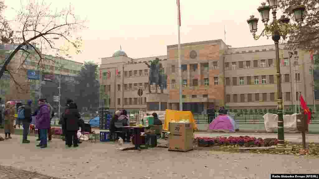 МАКЕДОНИЈА - Од Град Скопје ја издале наредбата за отстранување на шаторите пред Собрание кои беа поставени од движењето Македонија блокира. Од Градот информираа дека шаторите се отстранети затоа што биле поставени илегално и дека она што е подигнато е третирано како отпад.