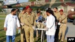 Військові перевозять Малалу Юсафзай до військового шпиталю в Равалпінді, фото 11 жовтня 2012 року