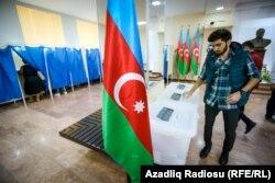 Референдумда дауыс беріп тұрған адам. Баку, 26 қыркүйек 2016 жыл.