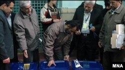 اغلب روزنامه های امروز، گزارش ها وتیترهای خود را به انتخابات روز گذشته اختصاص داده اند.