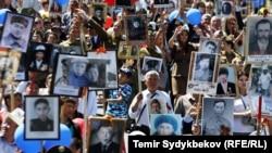 """Шествие """"Бессмертного полка"""" в Бишкеке. 9 мая 2017 года."""