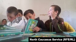 Чеченские дети изучают родной язык в школе в Панкисском ущелье, Грузия