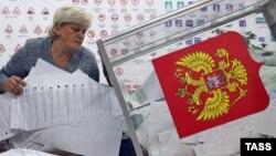 Член избирательной комиссии во время подсчета голосов после окончания выборов в Госдуму России. Иваново, 18 сентября 2016 года.