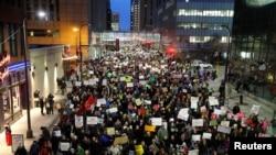 Protesti građana SAD protiv Trumpove izvršne uredbe, ispred Federalnog suda u Mineapolisu, Minesota, 31. januara 2017.