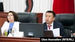 Жогорку Кеңештин төрагасы Чыныбай Турсунбеков жалпы жыйынды алып барууда