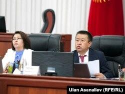 Жогорку Кеңештин спикери Чыныбай Турсунбеков жана вице-спикер Алтынай Өмүрбекова. 2016-жылдын 28-апрели.