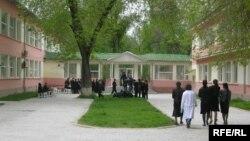 Яке аз мактабҳои туркӣ дар шаҳри Душанбе. Акс аз бойгонӣ.